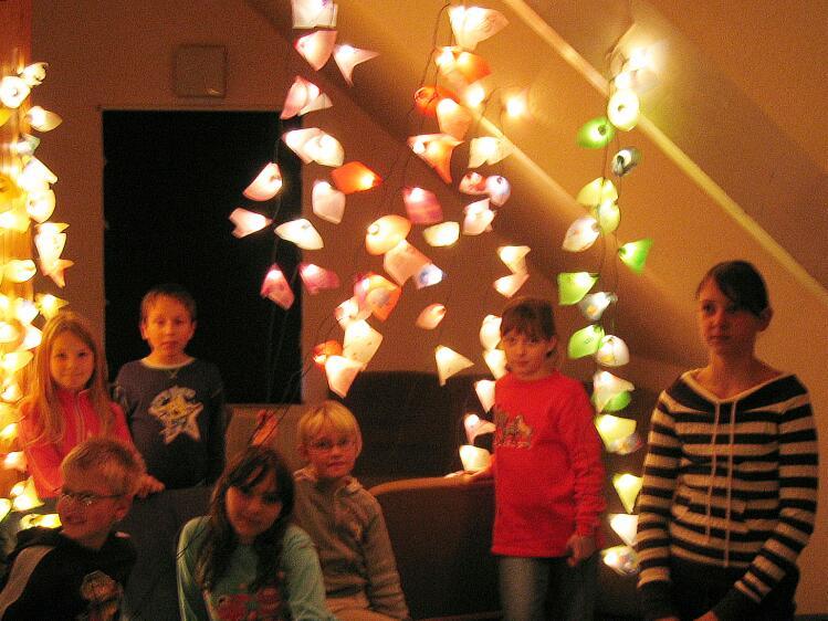 Bilder: 06-10-28 Kinder basteln bunte Lichterketten - DLRG OV ...